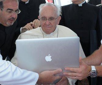 Ferenc pápa számítógépezik